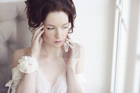 Photo pour Belle femme brune en lingerie de dentelle blanche avec les mains près de face - image libre de droit