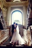 Krásné svatební pár v elegantním interiéru