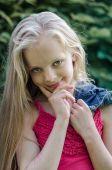 Portrét krásné blonďaté holčičky s dlouhými vlasy