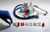 Diagnóza - zápal plic. Lékařská koncepce s tablety, injekce, stetoskop, kardiogram a stříkačky