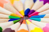 Mnoho různých barevné tužky na bílém pozadí