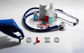 Diagnóza - dětské obrny. Lékařská koncepce s tablety, injekce, stetoskop, kardiogram a stříkačky