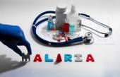 Diagnóza - malárie. Lékařská koncepce s tablety, injekce, stetoskop, kardiogram a stříkačky