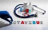 Diagnóza - rotaviry. Lékařská koncepce s tablety, injekce, stetoskop, kardiogram a stříkačky