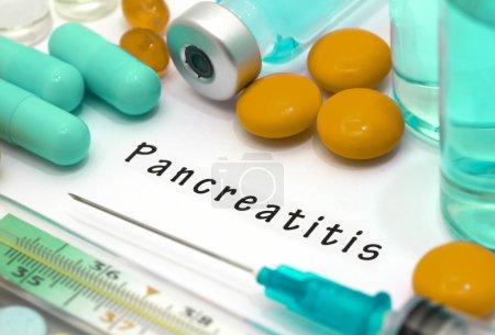 Photo pour Pancréatite - diagnostic écrit sur un bout de papier blanc. Seringue et vaccin avec des médicaments . - image libre de droit