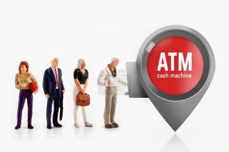 Photo pour Personnes miniatures - les gens se tiennent devant un distributeur automatique de billets pour de l'argent comptant, isolé sur un fond blanc - image libre de droit
