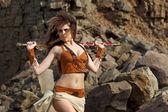 Krásná dívka s mečem v obleku Amazonky