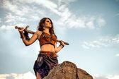 Amazon s mečem proti obloze