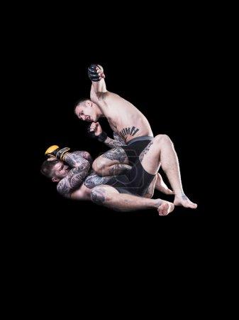 Photo pour Combattant MMA, jetant des coups de poing sur fond noir - image libre de droit