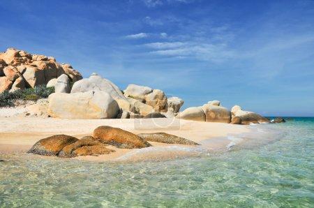 Photo pour Situé dans le district de Tuy Phong, province de Binh Thuan, à environ 9 km du rivage, l'île de Cu Lao Cau est une destination la plus populaire pour les amateurs de voyage grâce à sa plage de sable en pente douce, son eau de mer bleue et ses collines et montagnes infinies. . - image libre de droit