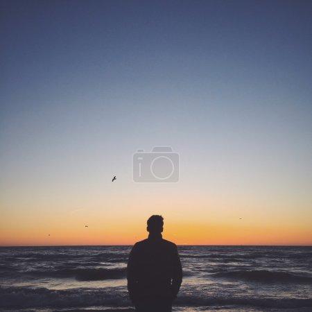 Photo pour Un homme de rester près de l'océan - image libre de droit