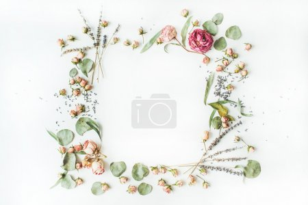Photo pour Cadre de couronne de roses, lavande, branches, feuilles et pétales isolés sur fond blanc. plan, vue aérienne - image libre de droit