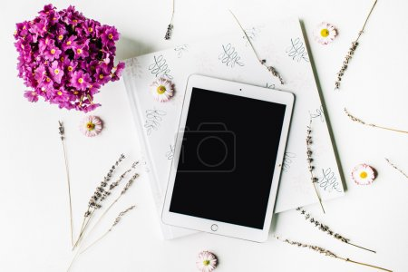 Photo pour Espace de travail. tablette, lavande, album photo de mariage, bouquet de fleurs sur fond blanc. vue de dessus, plat Lapointe - image libre de droit