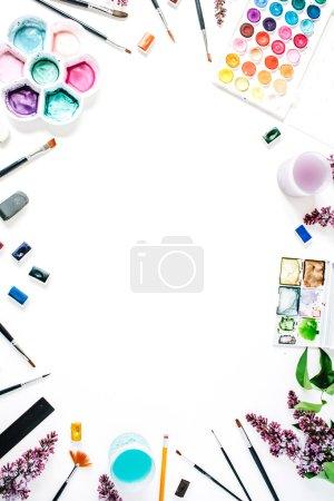 Photo pour Aquarelle et pinceaux sur fond blanc. Couché plat, vue du dessus - image libre de droit