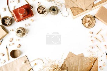 Foto de Flay lay composición para bloggers, artistas, revistas y redes sociales. freelancer retro brown style workspace con cámara fotográfica vintage, sobre artesanal, lápices, herramientas y cordel sobre fondo blanco . - Imagen libre de derechos