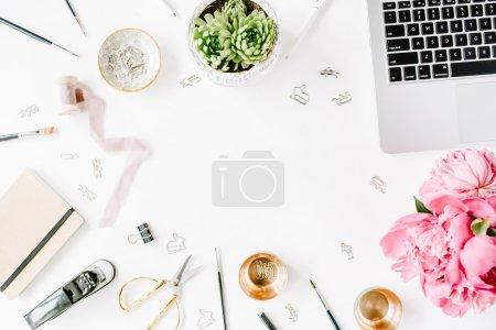 Photo pour Lieu de travail avec ordinateur portable, succulentes, pivoines, or des ciseaux, bobine avec ruban beige, de crayons et de journal. Plat de laïcs de composition pour les blogueurs, les magazines, les médias sociaux et les artistes. Vue de dessus. - image libre de droit