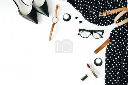 Photo pour Plat laïc collage féminine de vêtements et accessoires avec la robe noire, lunettes, chaussures à talons hauts, sac à main, montre, mascara, rouge à lèvres, boucles d'oreilles sur fond blanc. - image libre de droit