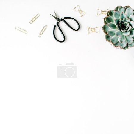 Photo pour Espace de travail de bureau féminin avec succulent, ciseaux, journal intime et clips dorés sur fond blanc. plan plat, vue sur le dessus - image libre de droit