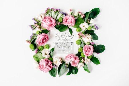 Foto de Cita inspiradora, escrita en estilo de caligrafía sobre papel con rosas de color rosa, rojos, flores secas y hojas, aisladas sobre fondo blanco. Vista plana endecha, superior - Imagen libre de derechos