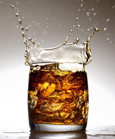 Photo pour Gros plan whisky en verre avec glaçons sur fond gris - image libre de droit