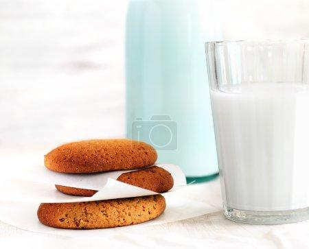Glas Milch und Kekse