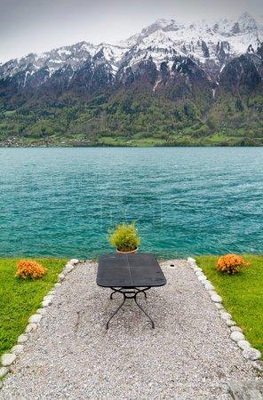 Photo pour Lac de Brienz avec Alpes en Suisse - image libre de droit