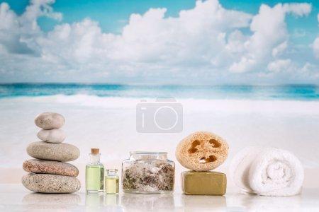 Photo pour Accessoires de spa avec des pierres sur le fond de la mer - image libre de droit