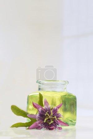 Photo pour Bouteille en verre bleu huile essentielle de fleur de passion, isolée sur fond blanc. Passiflore . - image libre de droit