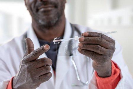 Photo pour Médecin expert Gynécologue pointant vers un stérilet - image libre de droit