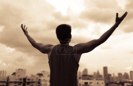 Photo pour Homme fitness célébrant son succès et ses objectifs après avoir travaillé . - image libre de droit