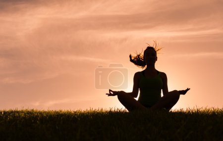 Photo pour Woman meditating in the peaceful setting. - image libre de droit