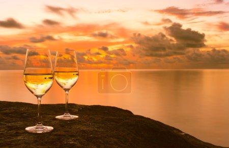 Photo pour Deux verres avec du vin sur jetée avec fond d'océan . - image libre de droit