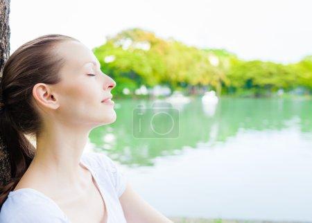 Femme jouissant d'une belle journée