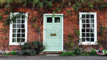 Photo pour Vue de la porte d'entrée d'une maison attrayante vieille rouge brique Londres ville - image libre de droit