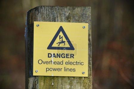 Photo pour Vue d'un signe de danger générique Avertissement de lignes électriques aériennes - image libre de droit