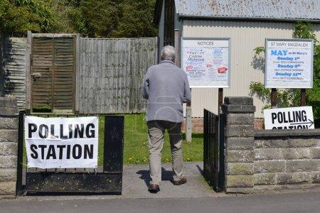 Photo pour Trowbridge, Royaume-Uni - 5 mai 2016: Un électeur visites des bureaux de vote dans une église. Les électeurs sont élection des membres du Parlement écossais, Assemblée galloise, Assemblée nord-irlandaise et les conseils locaux anglais - image libre de droit