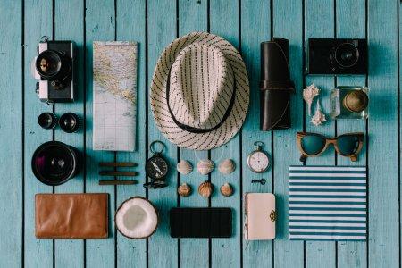 Photo pour Vacances d'été choses soigneusement organisées. Concept de voyage. Pose plate . - image libre de droit