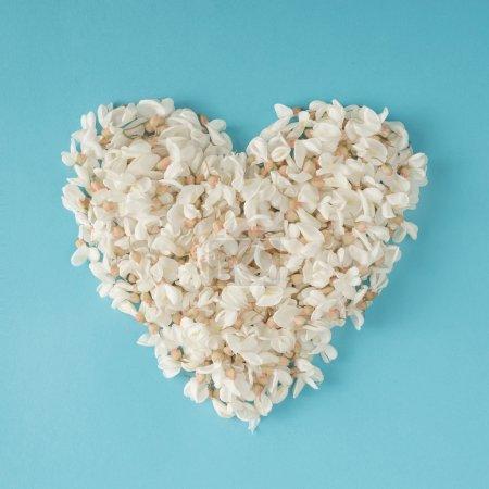 Foto de Corazón hecho de flores blancas. La endecha plana. Concepto de amor. - Imagen libre de derechos