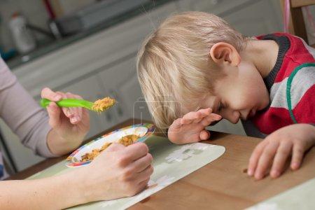Photo pour 3-4 ans enfant garçon refus alimentaire - image libre de droit