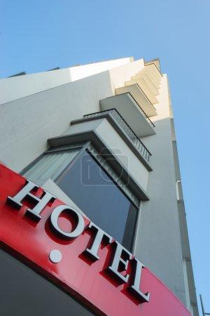 Photo pour Panneau de l'hôtel sur le bâtiment. Tournage grand angle - image libre de droit