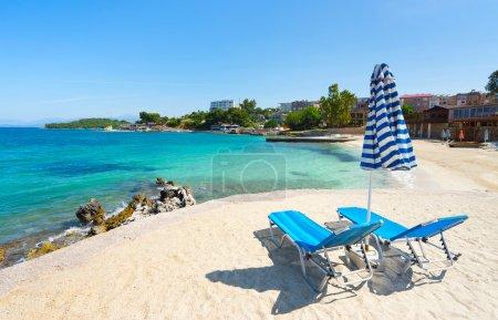 Photo pour Parasols et chaises longues sur la magnifique plage de Ksamil, Albanie. - image libre de droit