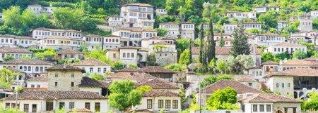 Photo pour BERAT : Architecture traditionnelle dans la vieille ville. Inscrit sur la Liste du patrimoine mondial de l'UNESCO, Berat possède une multitude de bâtiments de grand intérêt architectural et historique. Bannière . - image libre de droit