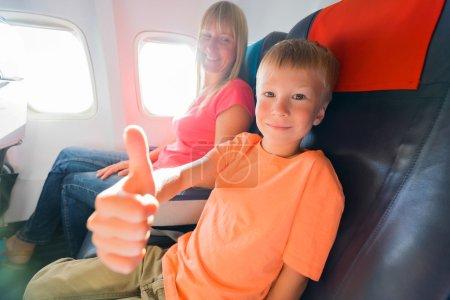 Foto de Familia feliz sentado en avión y el niño que 'bueno'. Centrarse en la cara de niño. - Imagen libre de derechos