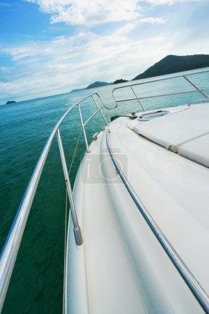 Photo pour Yacht et la mer. Vie de luxe. Mise au point sélective. - image libre de droit