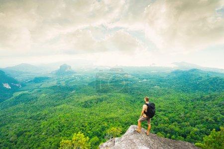 Photo pour Randonneur avec sac à dos debout et profiter d'une belle nature du sommet de la montagne. Concept de voyage - image libre de droit
