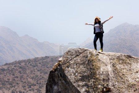 Photo pour Femme au sommet de la montagne, se sentir libre et profiter de la nature - image libre de droit