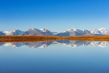 Photo pour Montagnes blanches reflétées dans le lac calme - image libre de droit