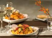 Paella s plody moře s vínem v kulinářské nastavení