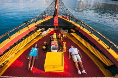 Photo pour Couple heureux relaxant sur la croisière yacht de luxe - image libre de droit