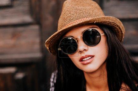 Photo pour Portrait en gros plan de belle fille brune en lunettes de soleil le jour de l'été - image libre de droit